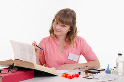 Il farmacista gode di di leggere la guida del farmaco Fotografia Stock Libera da Diritti
