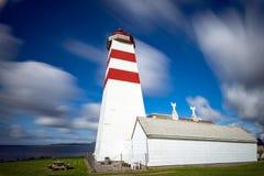 Il faro di Alnes, isola di Godoy, sulla costa ovest di Norw Immagine Stock