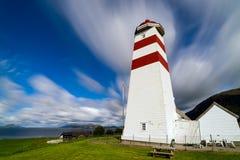 Il faro di Alnes, isola di Godoy, sulla costa ovest di Norw Fotografia Stock Libera da Diritti