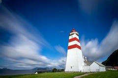 Il faro di Alnes, isola di Godoy, sulla costa ovest di Norw Fotografie Stock Libere da Diritti