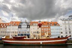 Il faro di galleggiamento ha attraccato a Nyhavn Fotografie Stock Libere da Diritti