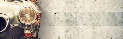 Il faro di vecchia bella automobile sui precedenti di un muro di cemento Copi lo spazio Riparazione delle insegne di concetto, ve fotografia stock libera da diritti