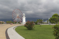Il faro e la panoramica spingono dentro Batumi immagine stock libera da diritti