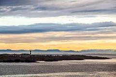 Il faro e la siluetta nel crepuscolo, Norvegia delle montagne Immagini Stock