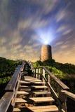 Il faro e le scale di Camarinal alla notte a Cadice costeggiano, andalus Fotografie Stock