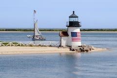 Il faro patriottico guida una barca a vela dall'isola H di Nantucket fotografia stock libera da diritti