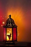 Il fatato dentro la lanterna d'annata si è acceso da lume di candela con un modello delle stelle Fotografia Stock Libera da Diritti