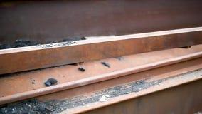 Il ferro arrugginito si trova all'aperto nella luce del giorno archivi video