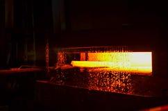 Il ferro caldo in smeltery ha tenuto da un lavoratore Fusione del metallo in un'acciaieria immagine stock