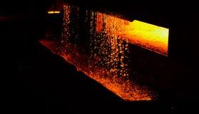 Il ferro caldo in smeltery ha tenuto da un lavoratore Fusione del metallo in un'acciaieria immagine stock libera da diritti