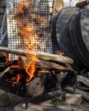 Il ferro del focolare del fuoco stanca l'addetto alla brasatura Immagine Stock