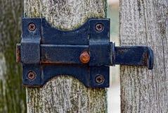 Il ferro nero si aggancia un recinto di legno fotografia stock libera da diritti