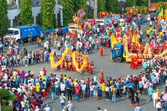Il festival di lanterna cinese con i draghi variopinti, il leone, automobili, ha marciato nelle vie immagini stock