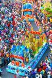 Il festival di lanterna cinese con i draghi variopinti, il leone, automobili, ha marciato nelle vie immagini stock libere da diritti