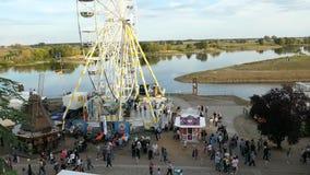 Il festival di visita della città della gente nomina Burgfest in Tangermuende Germania Ruota panoramica su passeggiata del fiume  stock footage
