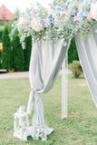 Il festone fatto delle ortensie del blu e di rosa pastello appende sopra il weddi Fotografia Stock Libera da Diritti