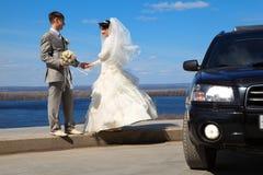 Il fidanzato giudica la sposa per la mano esterna Fotografie Stock