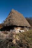 Il fieno tradizionale ha coperto la casa di campagna di legno in Tra Fotografia Stock Libera da Diritti