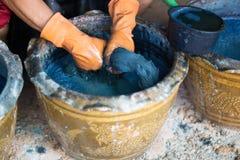 Il filato dell'artigiano tinto con bellezza naturale dell'indaco intende il concentr immagine stock