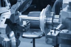 Il filatoio di CNC che forma il piatto di alluminio Fotografia Stock