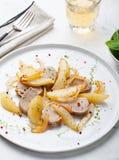 Il filetto di carne di maiale ha arrostito con la pera e la cipolla su un piatto bianco immagine stock libera da diritti