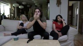 Il film dell'orologio degli amici insieme ed il tipo molto è stupito sorpreso ma le ragazze tristi non lo gradiscono video d archivio