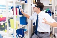 Il film di sorveglianza degli impiegati sui vetri di realtà virtuale del vr Fotografia Stock