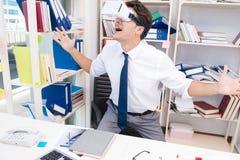 Il film di sorveglianza degli impiegati sui vetri di realtà virtuale del vr Fotografie Stock