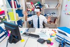 Il film di sorveglianza degli impiegati sui vetri di realtà virtuale del vr Fotografie Stock Libere da Diritti