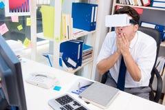 Il film di sorveglianza degli impiegati sui vetri di realtà virtuale del vr Immagine Stock Libera da Diritti