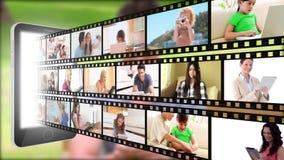 Il film lega comparire con un nastro da uno smartphone luminoso con l'uomo in un parco su fondo Immagini Stock