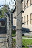 Il filo elettrificato recinta il campo di Auschwitz II-Birkenau in Brzezinka, Polonia Fotografie Stock
