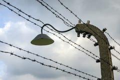 Il filo spinato recinta il campo di concentramento di Auschwitz II-Birkenau Fotografie Stock Libere da Diritti