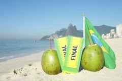 Il finale del Brasile ettichetta la spiaggia brasiliana Rio di Ipanema della bandiera delle noci di cocco Fotografia Stock