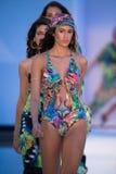 Il finale della pista della passeggiata dei modelli nei progettisti di Bendita del Agua nuota l'abito Fotografia Stock Libera da Diritti