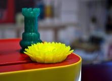 Il fiore dell'oggetto astratto di un colore giallo ha stampato su una stampante 3d Fotografia Stock Libera da Diritti