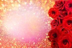 Il fiore delle rose rosse rasenta il fondo molle di scintillio dell'oro per la partecipazione di nozze dell'invito o del bigliett Fotografia Stock Libera da Diritti