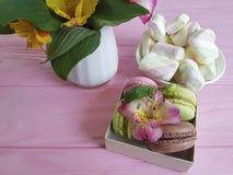 Il fiore di alstroemeria del vaso, macaron ha colorato il fondo di legno, la prima colazione, caramelle gommosa e molle Immagini Stock Libere da Diritti