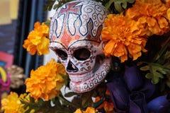 Il fiore e lo scheletro si alterano a Dia de los Muertos fotografie stock