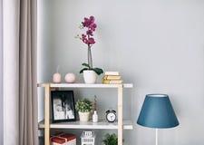 Il fiore lilla è in un vaso sullo scaffale Interiore moderno fotografia stock