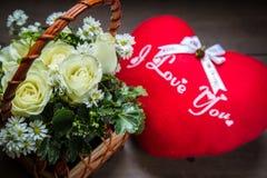 il fiore rosa del mazzo in un cuore del cuscino e del canestro modella Fotografia Stock Libera da Diritti