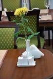 Il fiore sulla tabella. Immagine Stock