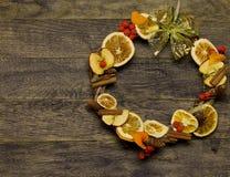 Il fiorista della corona della porta del ` s del nuovo anno e di Natale lavora il fondo del modello Fotografia Stock