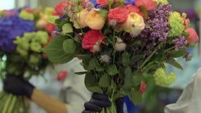 Il fiorista fa il bello mazzo nel negozio di fiore stock footage