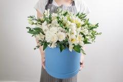 Il fiorista raccoglie il mazzo tenuta del mazzo di mani, scatola di serenità nella priorità alta Immagine Stock Libera da Diritti
