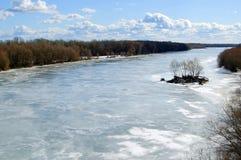 Il fiume è congelato, il giorno pieno di sole Fotografia Stock