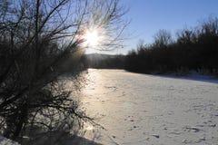 Il fiume è un giorno di inverno soleggiato Immagini Stock Libere da Diritti