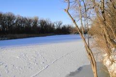 Il fiume è un giorno di inverno soleggiato Fotografia Stock