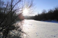 Il fiume è un giorno di inverno soleggiato Fotografia Stock Libera da Diritti