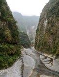 Il fiume alle montagne in Hualien, Taiwan fotografia stock